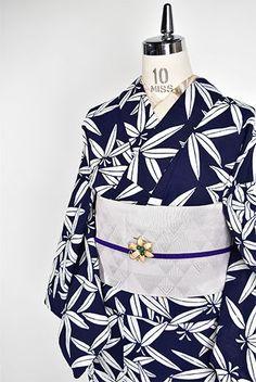 深い紺と白のさっぱりとした色合いで染め出された笹の葉模様が小粋な詩情をさそう注染レトロ浴衣です。