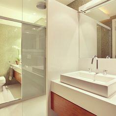 "111 curtidas, 2 comentários - Yamagata Arquitetura RJ | SP (@yamagataarq) no Instagram: ""Banheiros separados mas integrados #yamagataarquitetura #integrados #neutralpalette #whiteandwood…"""