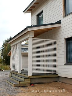 Unelmilla on kivijalka: Rännejä ja rimaa Outdoor Bbq Kitchen, Front Garden Landscape, Privacy Screen Outdoor, Cottage Plan, Exterior Makeover, Backyard, Patio, House Front, Outdoor Walls