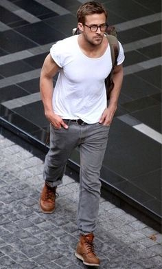 Ryan Gosling wearing White Crew-neck T-shirt, Grey Jeans, Tan Leather Work Boots, Olive Backpack Estilo Ryan Gosling, Ryan Gosling Style, Ryan Gosling Glasses, Ryan Gosling Fashion, Mode Masculine, Look Man, Herren Outfit, Inspiration Mode, Men Street