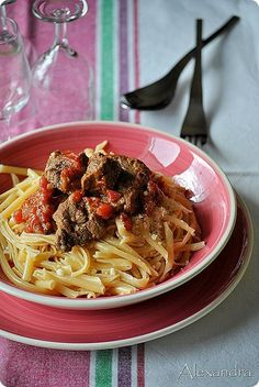 Rosto: Veal in red sauce. (in Greek) Healthy Soup Recipes, Beef Recipes, Fast Recipes, Recipies, Sauces, Mediterranean Dishes, Man Food, Us Foods, Pasta Dishes