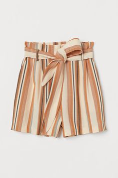 Short shorts in a textured-weave cotton and viscose blend with a high paper bag waist. Elasticized waistband at back, pleats at top, and removable tie belt. Fashion Art, Urban Fashion, World Of Fashion, Fashion Edgy, Fashion Vintage, Fashion 2018, Cheap Fashion, Older Women Fashion, Black Women Fashion