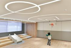 Interior kids playground, moving outside space into inside, I really into the light, it is a clever detail design. Learning Spaces, Learning Centers, Cool Playgrounds, Gym Lighting, Kids Cafe, Kids Gym, Casa Loft, Kindergarten Design, Nursery School