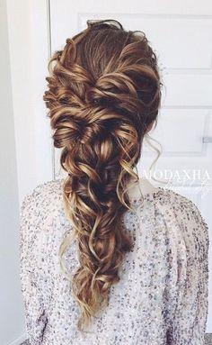 långt hår slarvigt uppsatt hår inbakad fläta romantiskt