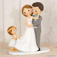 Topo de bolo noivos com menina amorosa. Medidas - 19 x 21.5cms