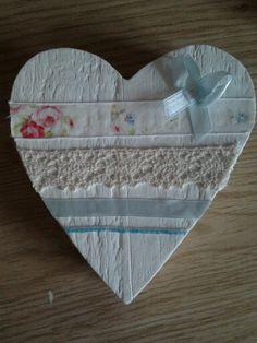 Houten hart met lintjes (ouderwets) kant, stof en (mijn herkenbare) strikje!!!