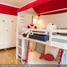 Das Hochbett wurde mit den entsprechenden Accessoires zur Strandhütte umfunktioniert. Viel zu schön, um nur darin zu schlafen.