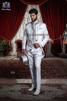 Traje de novio Frac de raso blanco con bordado drako en oro y cuello mao con pedrería, modelo 1279 Ottavio Nuccio Gala colección Barroco 2015.