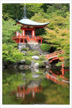 Probably Bishamon-Do Temple, Yamashina, Kyoto. Japanese Temple, Japanese House, Japanese Geisha, Japanese Gardens, The Beautiful Country, Beautiful Places, Beautiful Landscapes, Beautiful Gardens, Asian Garden