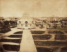 Una fotografía del Pabellón Bizantino en el Parque de la Exposición, hacia el fondo a la derecha, el Pabellón Morisco. Imagen de finales del año 1800.