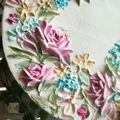 Is this flowers look too old fashion ? Haaaa maybe Classic 🤣🤣🤣 Paint with buttercream Cake Decorating Techniques, Cake Decorating Tutorials, Decorating Ideas, Clay Flowers, Sugar Flowers, Beautiful Cakes, Amazing Cakes, Cake Inspiration, Buttercream Flower Cake