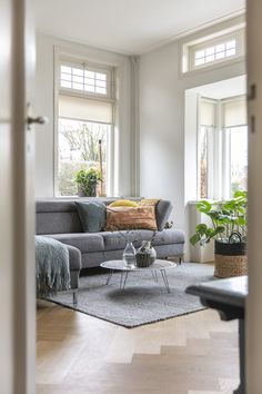 Binnenkijken bij Nathalie - Inspiraties - ShowHome.nl Living Room Grey, Interior Inspiration, Living Room Designs, Dining Bench, New Homes, House Design, Interior Design, Modern, Furniture