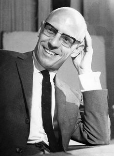 Michel Foucault (1926-1984) historiador de las ideas, psicólogo, teórico social y filósofo francés. Conocido principalmente por sus estudios críticos de las instituciones sociales, en especial la psiquiatría, la medicina, las ciencias humanas, el sistema de prisiones, así como por su trabajo sobre la historia de la sexualidad humana. Sus análisis sobre el poder y las relaciones entre poder, conocimiento y discurso han sido ampliamente debatidos.