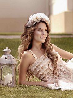 Kvetová čelenka z dielne Hogo Fogo (www. Wedding Shoes, Wedding Dresses, Flowers For You, Bride Accessories, Your Hair, Flower Girl Dresses, Inspiration, Band, Beauty