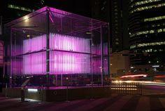 Brilliant Cube – Jonpasang – Séoul  « Brilliant Cube» est une oeuvre artistique imaginée par le collectif d'artistes Coréens Jonpasang en collaboration avec le graphiste Jin Yo Mok et installée dans le quartier de Gangnam à Séoul (Corée du Sud). Cette sculpture 3D cinétique de 6 mètres par 6 mètres est composée de 576 cylindres transparents et équipés de Led RVB se déplaçant de haut en bas.