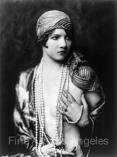 vintage everyday: 35 Beautiful Portrait Photos of Ziegfeld Follies Showgirls from the Taken by Alfred Cheney Johnston Look Vintage, Vintage Glamour, Vintage Beauty, Vintage Fashion, Vintage Dress, Vintage Gypsy, Edwardian Fashion, Retro Girls, Vintage Girls