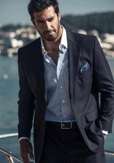traje gris oscuro y camisa azul con cuello blanco - Buscar con Google