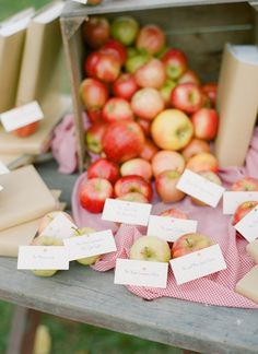 apple escort cards! | Abby Jiu #wedding