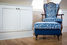 Victoria Robinson Interiors used fabrics from The Whole 9 Yards beautifully in this Queen Anne home. The guest bedroom is particularly cheerful in blue and white.