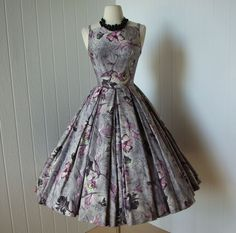 Vintage Grey & Purple floral, polished cotton party dress, with a full circle skirt. Vintage Outfits, Vintage 1950s Dresses, Vintage Wear, Vintage Looks, Vintage Clothing, 50s Vintage, Fashion Moda, 1950s Fashion, Vintage Fashion