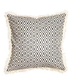 Luonnonvalkoinen/Antrasiitti. Painokuvioitu puuvillakankainen tyynynpäällinen. Hapsureunat ja piilovetoketju.