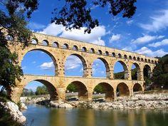 Aquaducten: zijn grote bruggen waar water word getransporteerd naar steden