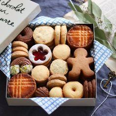christmas cookie box Looks del - Christmas Cookies Gift, Christmas Food Gifts, Christmas Sweets, Christmas Cooking, Christmas Decor, Cookie Packaging, Cookie Gifts, Cookie Gift Boxes, Cookie Tin