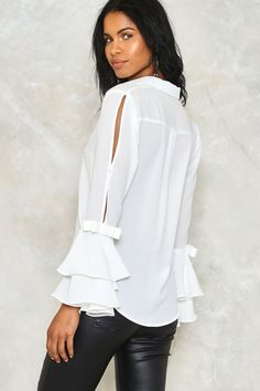 Love to Splits Ruffle Shirt Blouse Styles, Blouse Designs, Sewing Blouses, Sleeves Designs For Dresses, Modelos Plus Size, Business Outfit, Ruffle Shirt, Stylish Dresses, Fashion Outfits