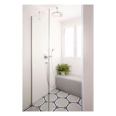 ¡A MEDIDA! Si buscas inspiración para baños pequeños, este ANTES y DESPUÉS es uno de nuestros preferidos.  El estudio @monicadiagoarquitecta diseñó un banco de obra para la ducha, revestido con mosaico ecológico Hisbalit. Uno de los tonos elegidos también para el suelo para mantener la continuidad sin que haya saltos entre el interior y el exterior de la ducha  🌿💚Suelo de diseño | Modelo HEXÁGONOS #ArtFactoryHisbalit con colores personalizados   Entry Hall, Retro, Alcove, Mosaic Floors, Bathtub, Flooring, Bathroom, Instagram, Model