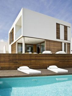 The house is located on the Spanish Seaside. This zen house style is designed by Spanish architects Modo Architecture & Design are the brains behind the Square House in Menorca, Spain. This contemporary Zen style home blends a cool white facade with warm wood details and a sprawling wood deck that doubles the home's living space.