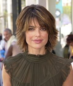 Lisa Rinna is not only a madly popular celebrity, she is also a glamorous TV diva, so, many women want to look like her. Let's see the hairstyles Lisa Rinna prefers. Short Hair With Layers, Short Hair Cuts For Women, Medium Layered Hair, Medium Short Hair, Lisa Rinna Haircut, Medium Hair Styles, Short Hair Styles, Cute Haircuts, Short Shaggy Haircuts