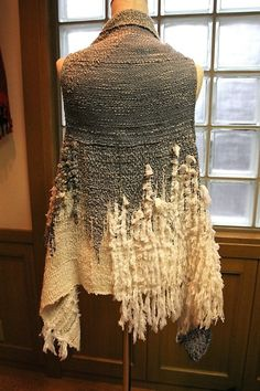 instead of the white fluffy woven use narrow vertical strips.maybe frayed edges on outside Weaving Textiles, Weaving Patterns, Tapestry Weaving, Loom Weaving, Hand Weaving, Fibre And Fabric, Moda Chic, Weaving Projects, Tear