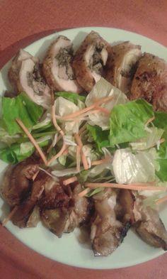 Gombás csirkemájraguval töltött csirkecomb, sült almával és salátával