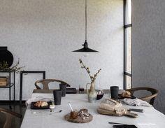 Skandynawska kuchnia z szarą tapetą z lekką przecierką.