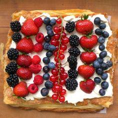 Easy fresh berry tart with puff pastry and mascarpone-vanilla cream.