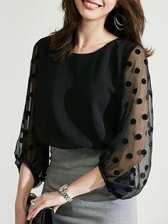 The Effective Pictures We Offer You About printed blouse for women A quality picture can tell you ma Cute Blouses, Blouses For Women, Chic Outfits, Fashion Outfits, Womens Fashion, Fashion Blouses, Iranian Women Fashion, Sleeves Designs For Dresses, Blouse Models