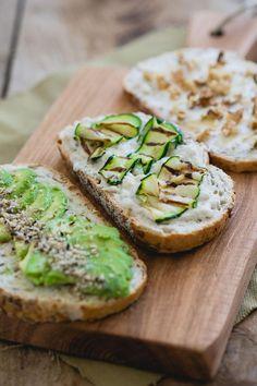 Heb je geen inspiratie voor vegetarisch broodbeleg? In dit artikel vind je 3 soorten vegetarisch broodbeleg, voor ieder wat wils! via @theanswerisfood