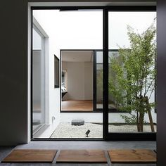 16 Minimal Courtyards with Just a Hint of Nature : Beautiful courtyard with pebbles for a natural flooring look Exterior Design, Interior And Exterior, Casa Patio, Patio Roof, Patio Table, Internal Courtyard, Interior Minimalista, Interior Garden, Diy Interior
