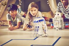 Kids can create their own Droid and bring it to life using littleBits electronic blocks! With the Droid Inventor app, they'll give their Droid new abilities and Robots For Kids, Kids Toys, Children Play, Teaching Kids, Kids Learning, Star Wars Gadgets, Star Wars Droiden, Star Wars Film, Tech Toys