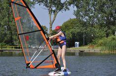Obozy windsurfingowe są stworzone zarówno dla tych, którzy dopiero stawiają swoje pierwsze kroki na desce oraz dla tych, którzy chcą rozwinąć swoje umiejętności w czasie wakacji.