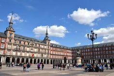 Nuestro Tour Gratis en Madrid tiene una duración de 2,5 horas y nos adentraremos en la fascinante historia de Madrid, recorremos sus calles, conoceremos secretos ocultos.