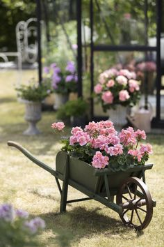 Garden decorations in vintage style are very on trend. - Garden decorations in vintage style are very on trend. And even if you don't own any authentic ol - Diy Trellis, Garden Trellis, Garden Pots, Geraniums Garden, Container Flowers, Container Plants, Gemüseanbau In Kübeln, Pink Geranium, Vintage Gardening