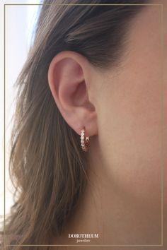 Diese süßen Kreolen lassen sich mit vielen weiteren Ohrringen und Outfits vielseitig kombinieren! Auch können diese schicken Accessoires alleine als filigrane Akzentstücke getragen werden. Must Haves, Diamond Earrings, Outfits, Jewelry, Fashion, Shopping, Outfit Ideas, Earrings, Jewerly