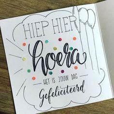 26 vind-ik-leuks, 5 reacties - © Micky Devente - Lettering (@mikstype) op Instagram: 'Hoera! Het was feest vandaag, dus in de pen geklommen voor een verjaardagskrabbel #brushpen…' Handlettering For Beginners, Bullet Drawing, Diy Postcard, Chrismas Cards, Doodle Lettering, Creative Lettering, How To Make Drawing, Doodle Drawings, Journal Cards