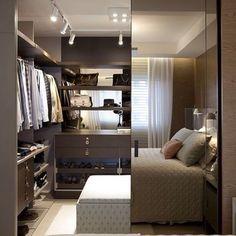 Amamos este quarto de casal com closet. A divisória espelhada e a iluminação através de trilho deixaram o local moderno e personalizado.