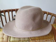 Beautiful vintage Hat ------------------------------------------------------------ Brand: Boutique KATES CANADA Color: beige and gold Condition: see photo stain almost not visible, but I mention imperfections to avoid disappointment. Canada, Beige, Vintage Boutique, Mode Vintage, Panama Hat, Hats, Accessories, Jewelry, Fashion