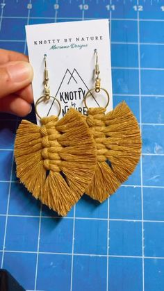 Diy Crafts To Do, Diy Crafts Jewelry, Creative Crafts, Yarn Crafts, Macrame Earrings Tutorial, Tassle Earrings Diy, Wood Keychain Ideas, Diy Keychain, Macrame Design