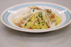 Eenvoud is troef. Jeroen maakt een verse pasta met een saus die slechts een handvol ingrediënten bevat. Dit eenvoudig gerecht belandt op je bord in het gezelschap van filets van rode poon. Deze smakelijke en stevige vis maakt van een eenvoudige bereiding meteen een bescheiden culinair festijn. Wie liever met kant-en-klare pasta werkt, kan evengoed genieten van dit recept. Zo wordt de bereidingstijd ook gevoelig korter.