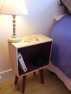 Joli ensemble de tables de chevet en caisses de vin. Pieds compas fait main. Les caisses ont été embellies, poncés, sans plus aucun trous visible, et vernis mat 2 couches. Ces t - 17523418