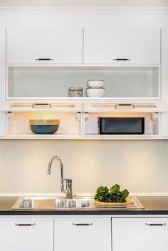 Vitt kök med snygga handtag i krom och läder. c/c 128, finns i flera utföranden | Ballingslöv